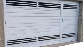 Portão de alumínio branco capa quadrada com partes vazadas